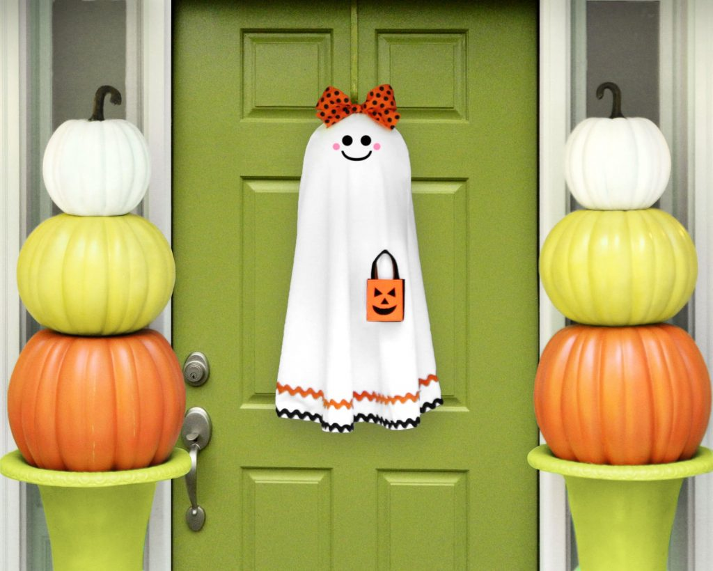 Halloween front door wreath with a ghost is a great way to start your Halloween decorations - from the front door!